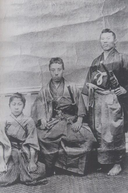 高杉晋作(中央)と伊藤博文(右)